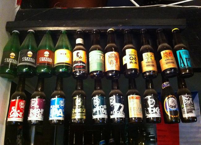 Cerveja artesanal decorando o bar