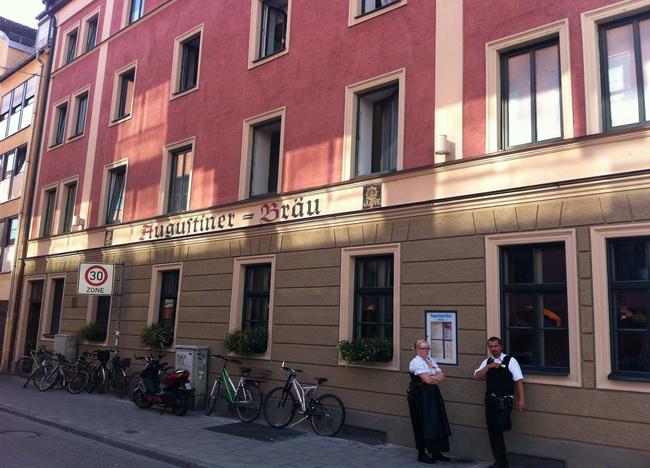 Quem passa pela rua pode passar batido pelo prédio histórico da cervejaria.