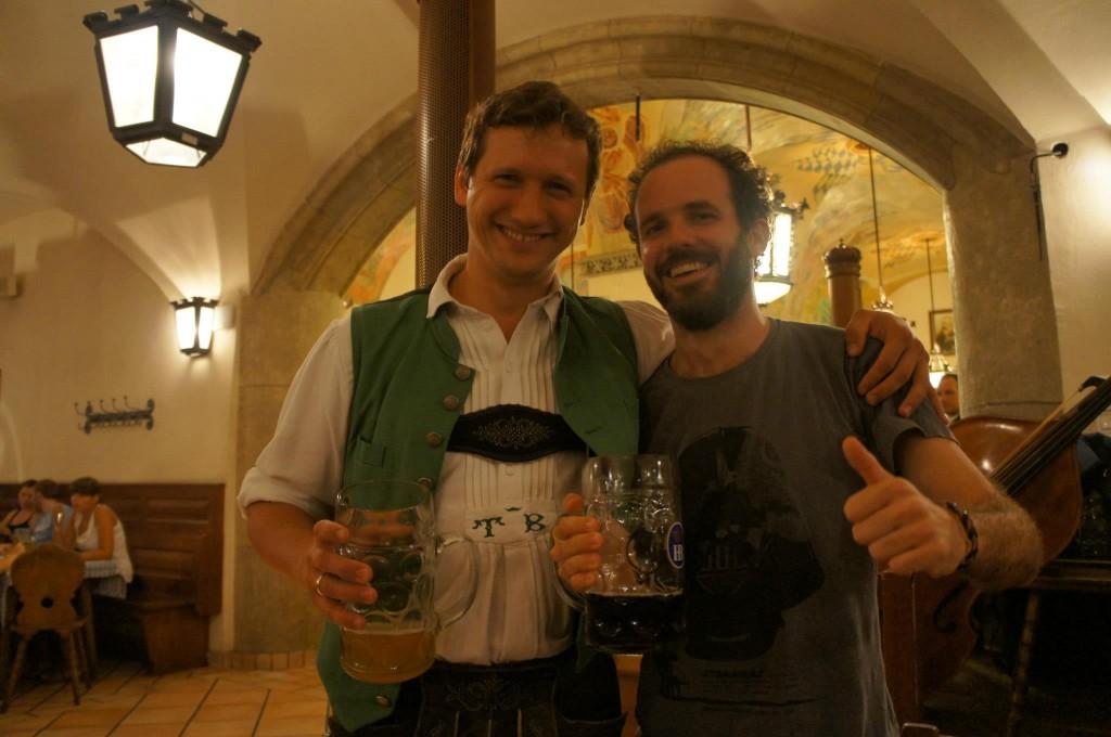 Representante bávaro da banda na Hofbräuhaus