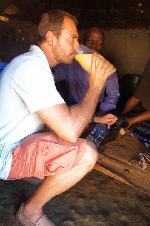 Prova da Tjwala em posição de respeito: Leandro, com o guia e a mestra cervejeira.