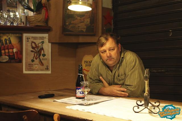 """Vittorio e uma """"cervejinha"""" na mesa"""