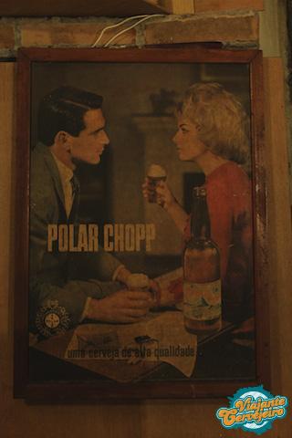 Publicidade original da cerveja Polar com rótulo branco comemorativo de 50 anos.  Data: 1960