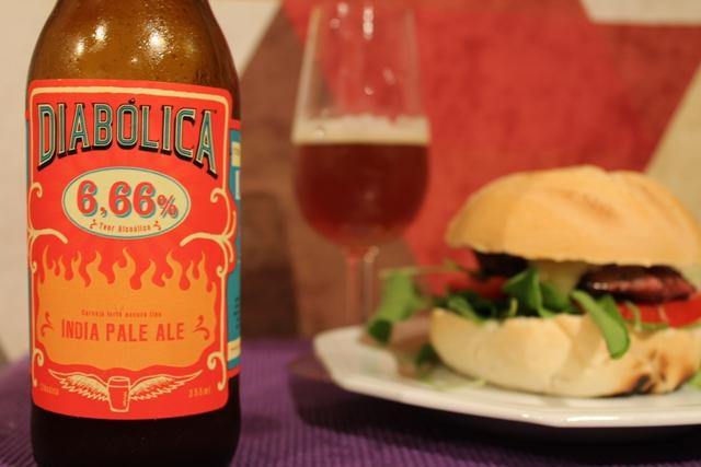 Diabólica IPA (6,6% ABV) com hamburguer caseiro