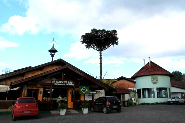 Restaurante Edelweiss de um lado e a Cervejaria Bierbaum do outro
