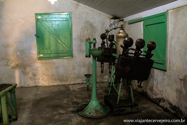 Máquina para inserção de gás carbônico nas garrafas