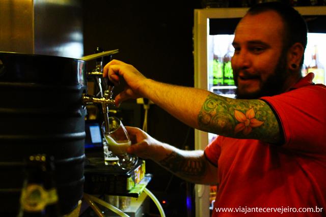 Ricardo tirando um chope APA da cervejaria Araucária