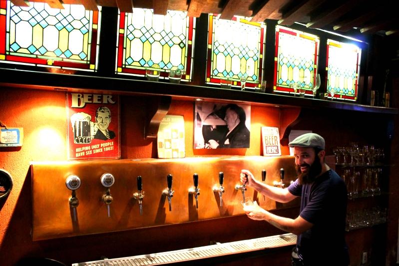 Tirando chope na Cervejaria da Corte em Petrópolis (RJ)
