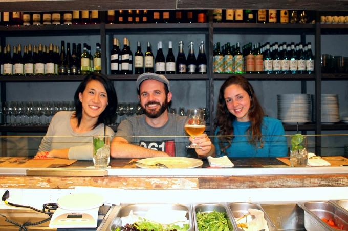 Carolina Oda, Edson Carvalho e Paola Pizzano, no balcão virado para a cozinha