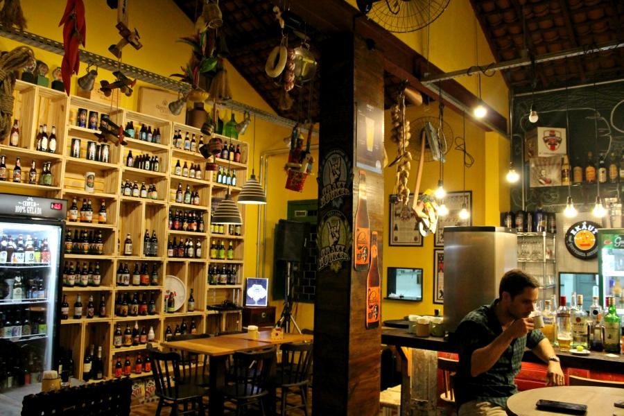 Parte Interna do Mafuá do Januário e nossas queridas cervejas na estante